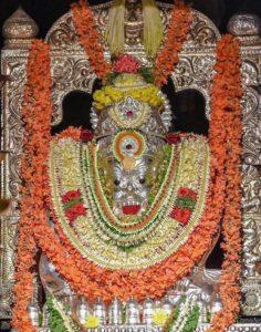 После абхишеки Шри Гуру Нрисимха Свами одевают в серебрянные или золотые доспехи.