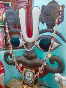 Украшение Шри Вира Нарасимха Свами в комнате Матушки Пада Севанам.