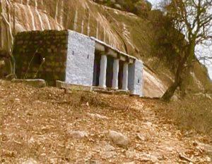 Храм был построен возле пещеры